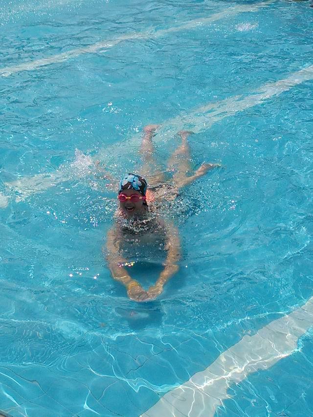 相片:和女儿一起游泳