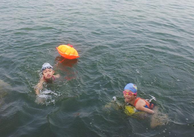 图片: 官庄水库冬泳,女儿和萱萱