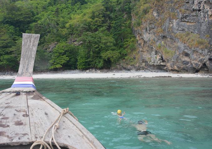 图片: 在珊蝴礁水下观察鱼群