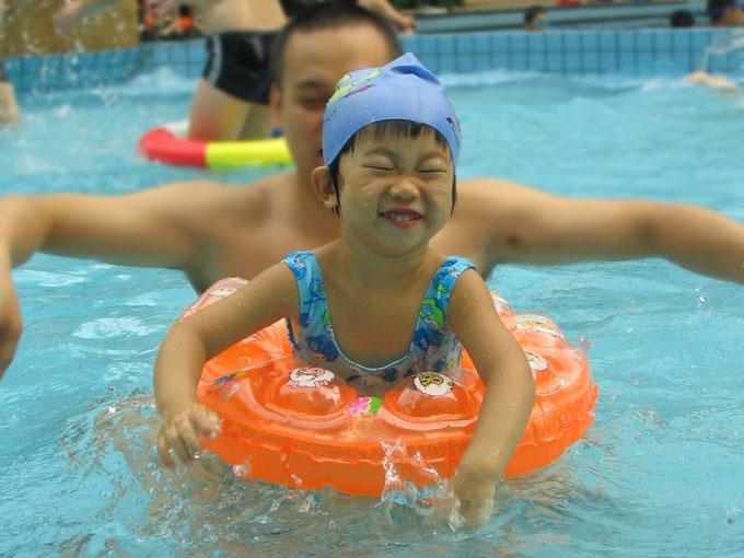 和女儿一起游泳: 我和女儿
