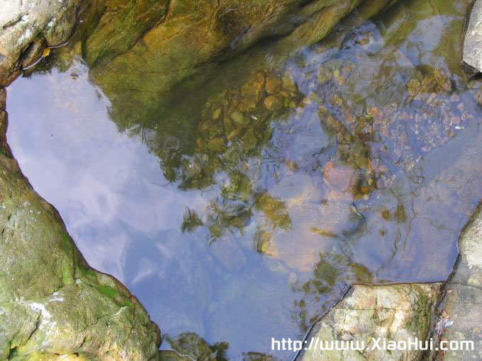 梧桐山之行图片: 从半山亭往下拍的山泉。 蓝天如洗, 白云悠悠