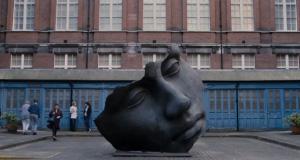 电影《The Father - 困在时间里的父亲》中的半脸雕塑